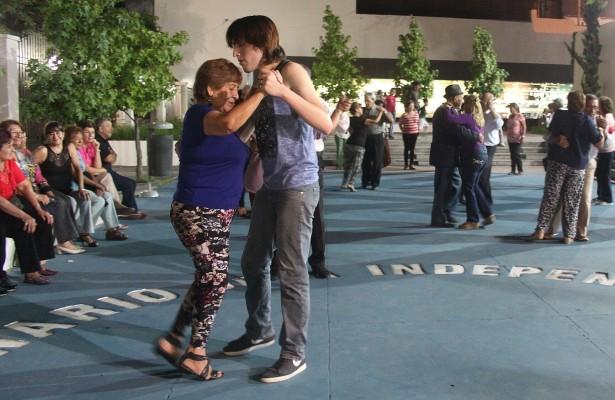 El municipio ofrecerá clases gratuitas de tango y folclore en la plaza de  los Congresales 168c75ff78a6
